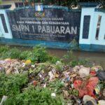 SMPN I Pabuaran Keluhkan Bau Tumpukan Sampah