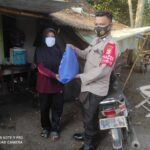 Akibat Dampak Pandemi Covid-19, Polsek Anyer Serahkan Bantuan Paket Sembako